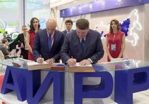 Врио главы администрации Липецкой области Игорь Артамонов и генеральный директор ООО «Газпром газомоторное топливо» подписали соглашение на стенде АИРР